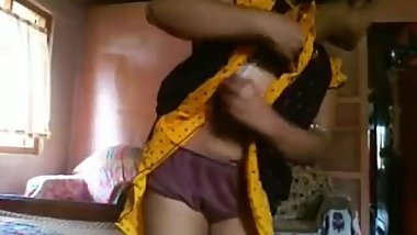 Indian aunty showing boobs and pant