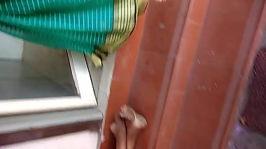 Desi aunty in Saree navel expose
