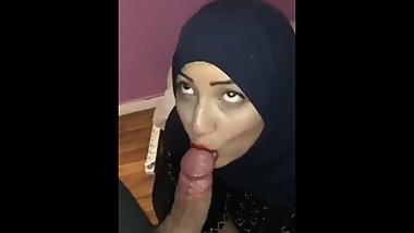 My muslims girl friend sucking my hot dick. Ha feeling awesome