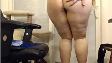 SEXY BBW SHOWS OFF